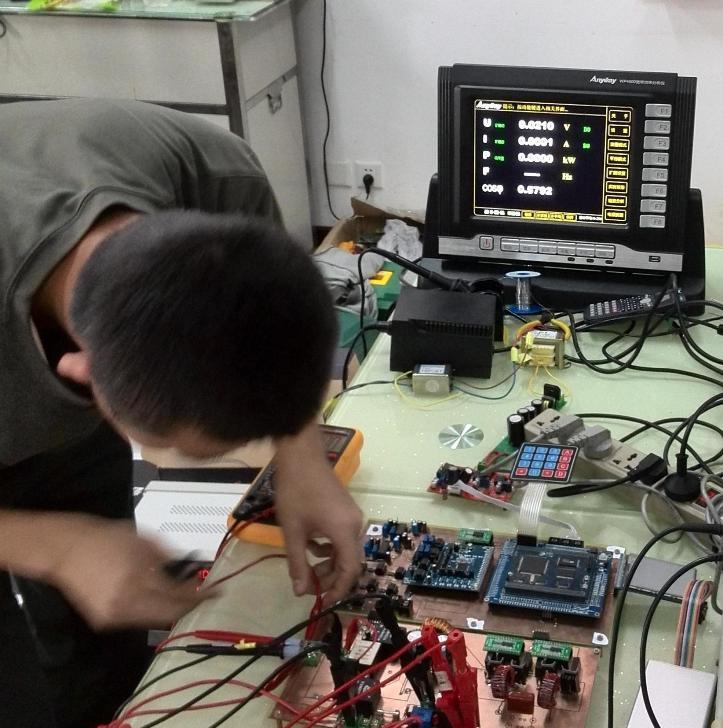 今年的本科组A题《单相AC-DC变换电路》考核的内容是PWM整流器,要求在存在谐波的条件下精准测量电压、电流的有效值和功率及功率因数。由于采用SPWM调制,在输出50Hz基波的同时会产生很多谐波严重影响测量,一般的电压电流功率表往往测不准甚至测量错误,而且普遍精度不高。为了确保竞赛的公正权威,竞赛测评专家联系到了我公司,我公司迅速响应,用最短的时间提供了一套WP4000变频功率分析仪,可以在0~50A,0~500V全范围内提供电压电流0.